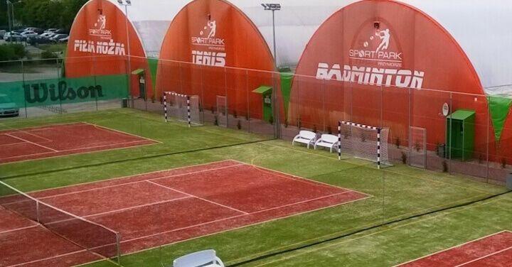 Arched half-barrel tennis halls