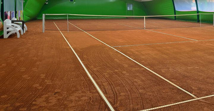 Synthetic clay courts